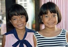 twin preteen sisters (the foreign photographer - ฝรั่งถ่) Tags: sep262015nikon twin preteen sisters khlong bang bua portraits bangkhen bangkok thailand nikon d3200