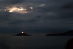 Luce guida (S@arle-p) Tags: luce sera foto serale scogli scogliere ombre controluce contrasto nuvole nubi pioggia faro