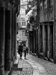 Porto - Portugal (Francisco (PortoPortugal)) Tags: 1082017 20161022fpbo4279 centrohistórico historicalcentre unescoworldheritagesite porto portugal pb nb bw monochrome rua street pessoas people portografiaassociaçãofotográficadoporto franciscooliveira