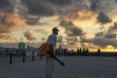 Un atardecer en el malecón de La Habana / Sunset at the Havana's malecón (Richard Here) Tags: cuba habana havana malecón sunset atardecer paraíso portrait retrato music música la viajes travel traveler