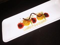 #Bizcocho liviano de harina de arveja #cremoso de jicama #ganache saborizado con eucalipto #compota de moras silvestres #tierra de maíz dulce #salsa de ciruelo chino (danielacabrera2) Tags: cremoso ganache salsa tierra compota bizcocho