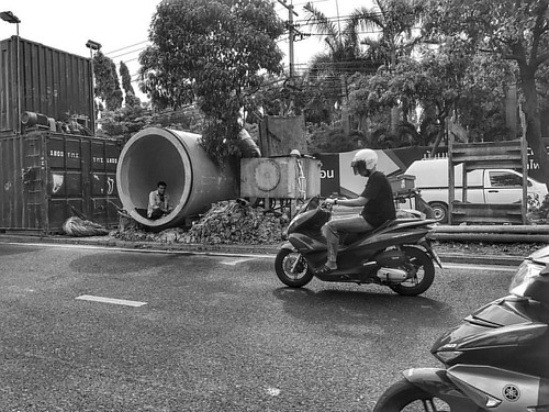 Some people like just hanging around , #streetlife #blackandwhite #construction