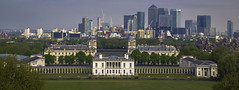 Canary Wharf and the towers of time (Coisroux) Tags: maritimemuseam greenwich time royalobservatory london canarywharf cityscape architecture historicbuildings pillars worldheritagesight d5500 nikond panorama city skyscrapers londonskyline maritime museams construction reflective steel concrete glassbuildings windows skyline sky horizon