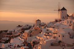 Golden hour on Ia (Santorini, Greece) (armxesde) Tags: pentax ricoh k3 greece griechenland santorin santorini kykladen cyclades insel island oia ia ägäis aegean windmill windmühle sunset sonnenuntergang goldenhour goldenestunde