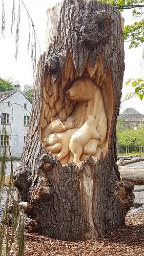 Sculpture d'ours sur un tronc