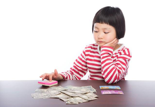 金額計算する女の子