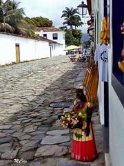 Andando por Paraty... MCris (MCrissssss) Tags: calçada casarões artesanato pedras paisagem rua