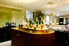 Bar counter (A. Wee) Tags: cathaypacific thepier firstclass airport lounge hkg hongkong 国泰航空 香港 机场 中国 china bar