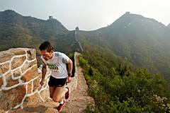 Great Wall Marathon (goandtravelmag) Tags: gwm greatwallmarathon kina maraton muren denkinesiskemur løb asien beijing østasien enlig mand mænd smal smalle løber løbende overblik bjergtoppe mennesker