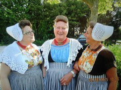 Zeeuwse Zusjes weer even in Klederdracht (Omroep Zeeland) Tags: drie zeeuwse zussen zeeuwsemeisjes22082015zussenlukassen
