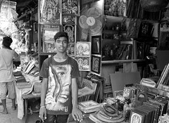young vendor (simon-r-) Tags: mysuru mysore india karnataka 2017 inde indien asia april bw blackwhite schwarzweis boy teenage vendor merchant portrait shop market bazaar young devarajamarket world travel life people street photography documentary work labour الهند سوق sony alpha ilce 5000 yourbestoftoday