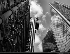 Lloyd's of London & The Willis Building, London, UK (JH_1982) Tags: lloyds willis building insideout lime street richard rogers facade city cité 倫敦市 シティ・オブ・ロンドン 시티오브런던 сити black white bw grey monochrome skyscraper skyscrapers highrise highrises buildings architecture tower looking up vertigo london londres londra 伦敦 ロンドン 런던 лондон england inglaterra angleterre inghilterra uk united kingdom vereinigtes königreich reino unido royaumeuni regno unito 英国 イギリス 영국 великобритания