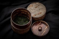 Hon Gyokuro Yamashita Takumi (mkniebes) Tags: kabazaiku gyokuro greentea japanese tea planart1450 zeiss zf2 flash caddy cherrywood kirschholz tee