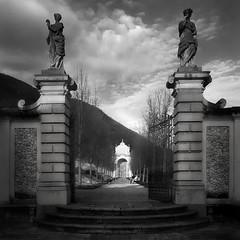 il giardino segreto (pamo67) Tags: thesecretgarden invilla statue statues entrata enter viale avenue luce light cancello gate square blackwhite bn bw coppia pair pasqualemozzillo