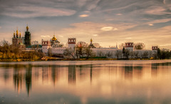 Golden colors (Dmitry_Pimenov) Tags: moscow mosca city cityscape citta landscape reflection sky architecture panorama colors colorful color light lights water river history russia russian fujifilm dipimenov dmitrypimenov fujifilmxt1 fuji дмитрийпименов москва новодевичий отражение пейзаж