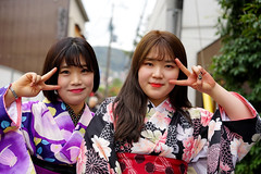 Korean kimono girls in Kyoto (Eric Flexyourhead) Tags: higashiyama higashiyamaku 東山区 kyoto 京都市 kansai 関西地方 japan 日本 city urban street streetphotography portrait candid girl girls woman women korean tourist tourists cute kawaii かわいい smile smiling happy kimono 着物 colourful vibrant vivid shallowdepthoffield sonyalphaa7 zeisssonnartfe55mmf18za zeiss 55mmf18