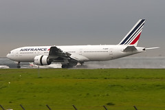 F-GSPF, Boeing 777-228ER, Air France (freekblokzijl) Tags: fgspf airfrance boeing777 paris cdg pariscdg reverse landing rain wetrunway canon f2870200