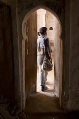 Through the islamic history (ramosblancor) Tags: humanos humans historia history arquitectura architecture mezquita mosque religión religion islam ruinas ruins puerta door chica girl mujer woman valledelziz zizvalley kasbah marruecos morocco
