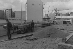 img072-1-2 Checkpoint Charlie, Berlin. (Lawrence Holmes.) Tags: nikon ftn film scan 1985 berlin wall checkpoint charlie checkpointcharlie east west gdr coldwar germany nato blackandwhite black white lawrenceholmes