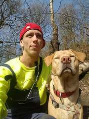 Sam, dann machen wir ein Selfie! (Günter Hentschel) Tags: handy handyfoto sam hund dog labrador labbi lab labby labs yellowlab yellowlabrador yellowlabs menschen people männlich deutschland germany germania alemania allemagne europa duo 2 zwei outdoor selfie personen