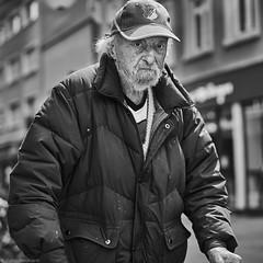 Mannheim Street Mann mit Rollator auf Marktplatz b&w (rainerneumann831) Tags: mann mannheim bw blackwhite 1x1 quadratisch portrait street streetscene