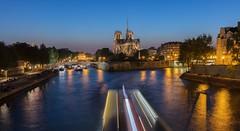 Notre Dame de Paris (Didier Ensarguex) Tags: 5dsr canon réflexionreflet 2470l28 didierensarguex heurebleue notredamedeparis cathédrale paris 75 bateauxmouches latoureiffel