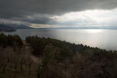Um terço do lago faz parte da Albânia (Mundo por Terra) Tags: copyright©2017bymundoporterraallrightsreserved latitude70º macedônia mundoporterra worldbyland expedicaomundoporterracombr wwwmundoporterracombr