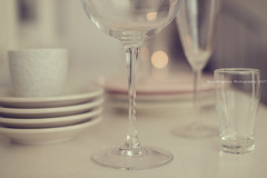 Alrededor de la mesa (Graella) Tags: vajilla platos vasos copas glasses glass plate tableware crockery bokeh stilllife bodegon home hogar blur indoor eat