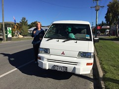 Unser Weggefährte Hermes aus Australien begleitet uns auch durch Neuseeland, und macht dabei eine wesentlich besser Figur als Micha beim Kekse essen.