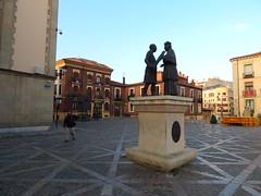 Plaza San Isidoro (amgirl) Tags: statue leon spain morning plaza plazasanisidoro saturday sabado caminodesantiago semanasanta leontosanmartin april15 2017 day17 city peregrino man pigeons palomas washed