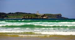 Los faros de la isla de Mouro (alfonsocarlospalencia) Tags: faros isla mouro santander cantabria olas verde azul blanco indio mataleñas campo de golf luz primavera mayo espuma paisaje cabo mayor