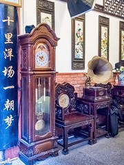At Yu Yuan (Yu Garden), Shanghai, China (Victor Wong (sfe-co2)) Tags: yu yuan garden shanghai china props vintage old ancient antique tourism destination memorabilia furniture gramophone grandfather clock