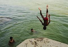 Sobre niños y agua (Nebelkuss) Tags: india uttarpradesh varanasi benarés asia niños children rio river ganges fujixpro1 fujinonxf23f14 momentos moment ladrondemomentos instantes instant instantsthieve namaste