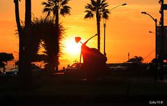 Destellos de amor... sólo destellos. (Gaby Fil Φ) Tags: miraflores marcelowong maleconesdemiraflores lima perú arteurbano artelatinoamericano esculturas parquedelamormiraflores sudamérica atardecer ocasos sunset puestadesol oceánopacífico