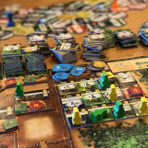 The Colonists - เกมแข่งกันสร้างอาณานิคม  อุปกรณ์เยอะสุดๆ แต่ระบบเกมดีมากและเล่นไม่ยากเท่าไหร่เพราะใช้สัญลักษณ์เข้าใจง่ายและ flow ดี เล่นแล้วได้อารมณ์คล้ายตอนเล่น Ora et Labora คือสร้างและขยายอาณานิคมจากชุมชนพออยู่พอกิน ทุกคนเป็นชาวนา เป็นสังคมซับซ้อนขึ้นท