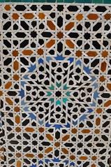 Zelliges, médersa Bou Inania (XIVe siècle), Talaa Kbira, médina de Fès el Bali, Fès, Maroc. (byb64) Tags: fès fez فاس ⴼⴰⵙ fas fèsmeknès maroc morocco marruecos المغرب ⵍⵎⵖⵔⵉⴱ royaumedumaroc marokko marocco médina medina vieilleville oldtown cascohistorico altstadt fèselbali unesco unescoworldheritagesite toits techos ville city citta ciudad town stadt talaakbira médersa madrassa xive 14th moyenage medioevo middleages edadmedia école université mérinides bouinania stuc calligraphie zellige tesselles cèdre marbre