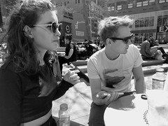 Relaxing in Brooklyn (52er Bild) Tags: street monochrom brooklyn nyc new york nexus 5x bw black white urban strase people udosteinkamp young sunglasses