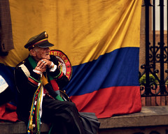 Bogotá (Phylos_skp) Tags: bogota bogotá people man military oldman veteran flag colombia street calle urbano urban 사람 거리 街头摄影 城市的 人 哥伦比亚 波哥大 уличнаяфотосъемка человек nikon nikond3400 nikkor 55200 люди 사람들 personnes colombie urbain drapeau menschen लोग personer orangorang emberek ihmiset pessoas nhữngngười persone lidé mensen mennesker insanlar אֲנָשִׁים צילוםרחוב photographiederue