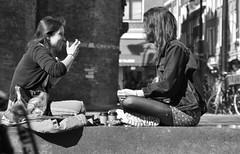 Talk About Your Life (Straatmoment) Tags: amsterdam nieuwmarkt straatfotografie streetphotography nederland netherlands holland mensen people straatmoment hansstellingwerf