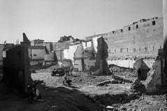 (Paysage du temps) Tags: 2017 20170330c film hp5 ilford leicam6 summicron35mm maroc morocco marrakech chantier démolition murs walls