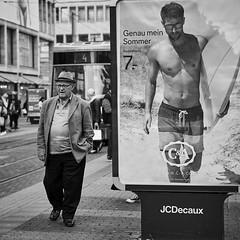 Mannheim Street Genau mein Sommer b&w (rainerneumann831) Tags: mann paradeplatz werbung bw street streetscene blackwhite strasenbahn genaumeinsommer ©rainerneumann 1x1 quadratisch