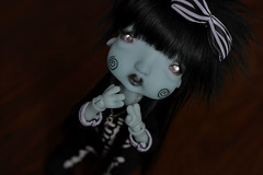 Love me? (Mientsje) Tags: humpty dumpy circus nefer kane bjd ball jointed doll blue green yosd artist cute goth gothic