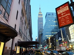 No Parking, No Standing (52er Bild) Tags: empirestatebuilding building symbol landmark empire nyc new york city fujifilm fuji x10 udosteinkamp skyscraper hochhaus downtown lichter lights dusk twilight abenddämmerung dämmerung