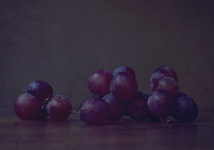 Y de ahí...nuestro Vino.  (Explored) (caterinag.delrossi) Tags: textures textura texture texturas grapes uvas cdelrossiphotography bodegón stilllife macro tamron60mmmacro nikon nikond5300