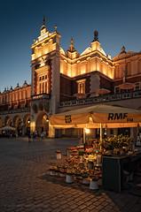 Puesto de flores en Cracovia. (Javier Martinez de la Ossa) Tags: cracovia horaazul javiermartinezdelaossa plazadelmercado poland polonia polska rynekglowny