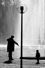 Happy Mother's Day (Wackelaugen) Tags: stuttgart germany eckensee silhouettes mother child lamp lantern fountain water lake anon eos photo photography wackelaugen black white bw blackwhite blackandwhite mono noiretblanc schwarz weis schwarzweis