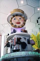 Funny clock (rrodriguez16) Tags: rarb1950 funny clock reloj divertido fao juguetería toy store now closed 5°ave new york nueva usa analog film 35mm canon ae1 50mm18sd kodak kodacolor schwarz