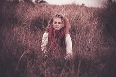 Soñando en tonos rojos (Mishifuelgato) Tags: soñando tonos rojos alicante nikon d90 50mm 18 maleza arbusto matorral vegetación atardecer joma alemania chica ojos cerrados close eyes portrait photography nature naturaleza sunset tones red pickoftheday photooftheday photoshoot