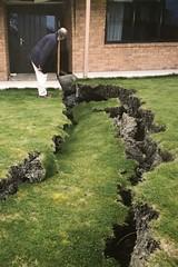 Nachwirkungen vom Erdbeben 2011 in Christchurch - unter manchen Häusern rutscht der Berg ab oder es kommt Sand an die Oberfläche geströmt.