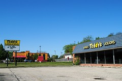 Closed Teddy's Liquors, Palatine Illinois (Cragin Spring) Tags: illinois il midwest unitedstates usa unitedstatesofamerica northwesthighway rt14 sign building parkinglot teddysliquors liquor liquorstore store sky liquors palatine palatineil palatineillinois